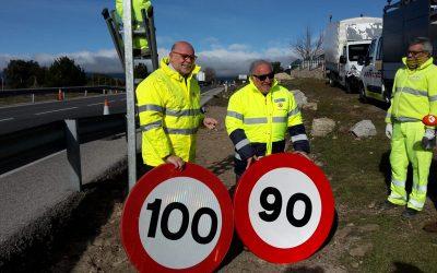 Tecnival realiza el cambio de señales para adaptarlas al nuevo límite de velocidad